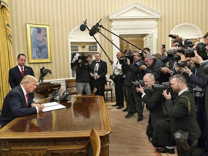Tổng thống Trump ký sắc lệnh đầu tiên - ảnh 1