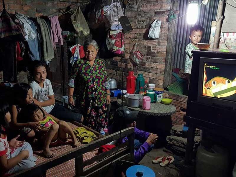 Gia đình 17 người nghèo xơ xác bên dòng kênh đen - ảnh 1