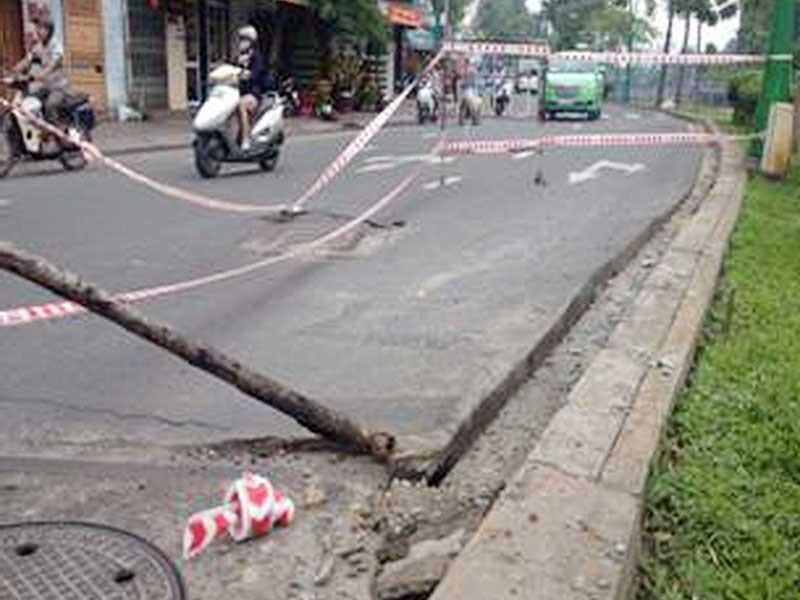 Kinh hoàng sụp cống dưới kênh Nhiêu Lộc - ảnh 2