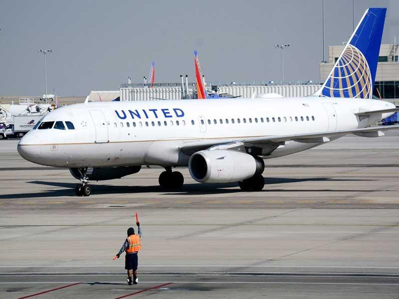 Vụ kéo lê hành khách: United Airlines thiệt hại 'khủng' - ảnh 1