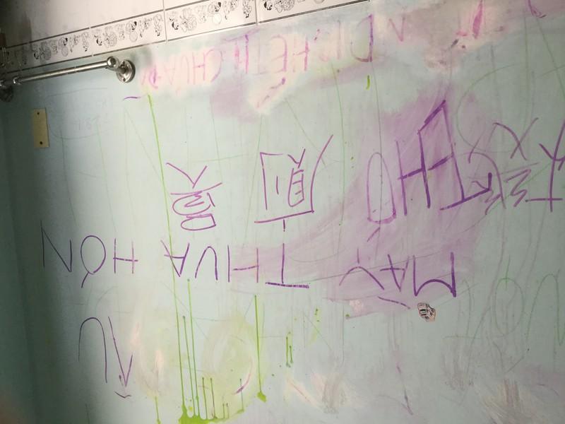 Vẽ bậy lên tường nhà mẹ chồng, coi chừng dính phạt - ảnh 2