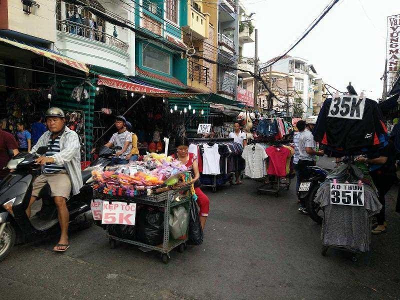 Sẽ xử lý nghiêm lấn chiếm lòng đường để họp chợ - ảnh 1