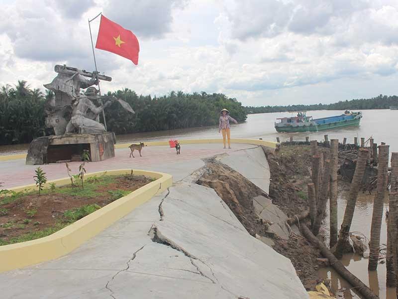 Tượng đài đang xây có nguy cơ đổ sụp xuống sông  - ảnh 1