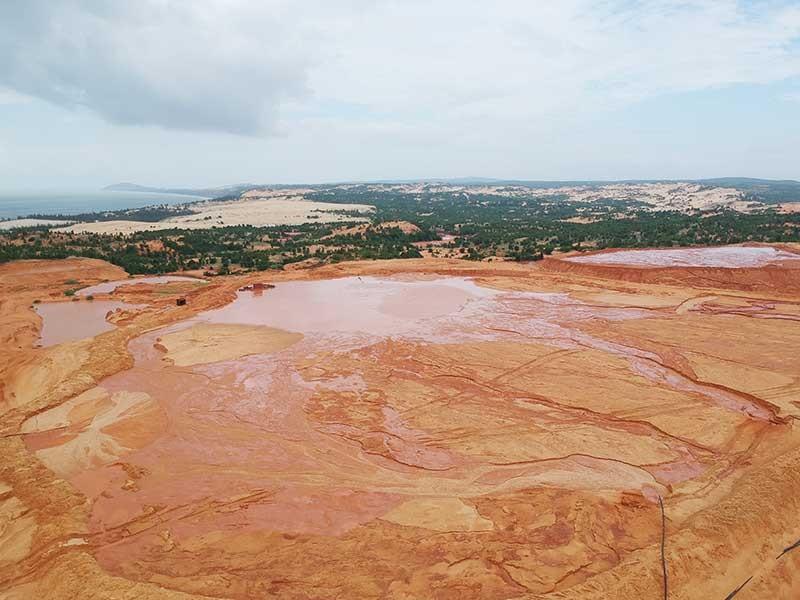 Những hồ bùn đỏ khổng lồ chực chờ gây họa - ảnh 1