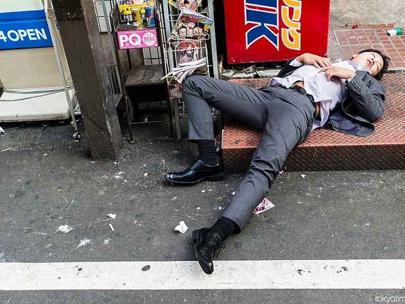 Nghệ thuật… say xỉn và ngủ ngoài đường - ảnh 1