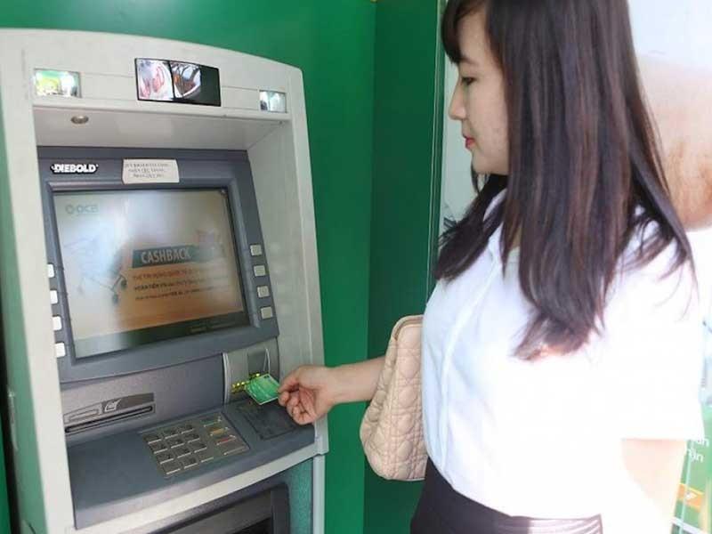 Tăng phí ATM 'khủng', khách hàng không chịu thấu - ảnh 1