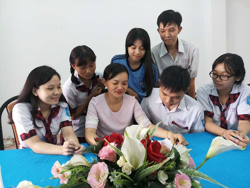 Cô giáo xinh đẹp nối lại 'bo mạch' cho học sinh cá biệt - ảnh 1