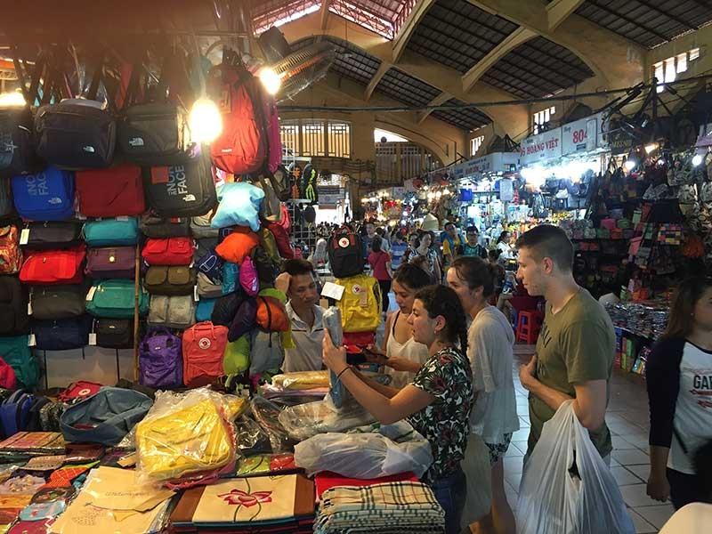 Bất lực với hàng nhái giá 'cắt cổ' ở chợ Bến Thành? - ảnh 1