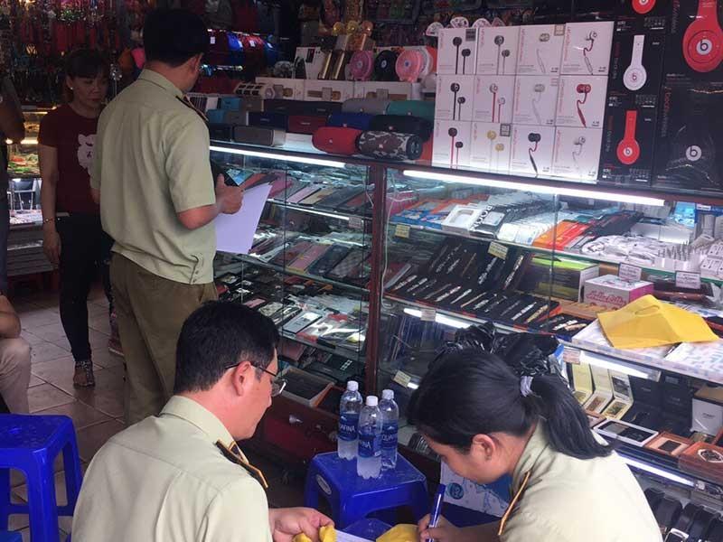 Bất lực với hàng nhái giá 'cắt cổ' ở chợ Bến Thành? - ảnh 2