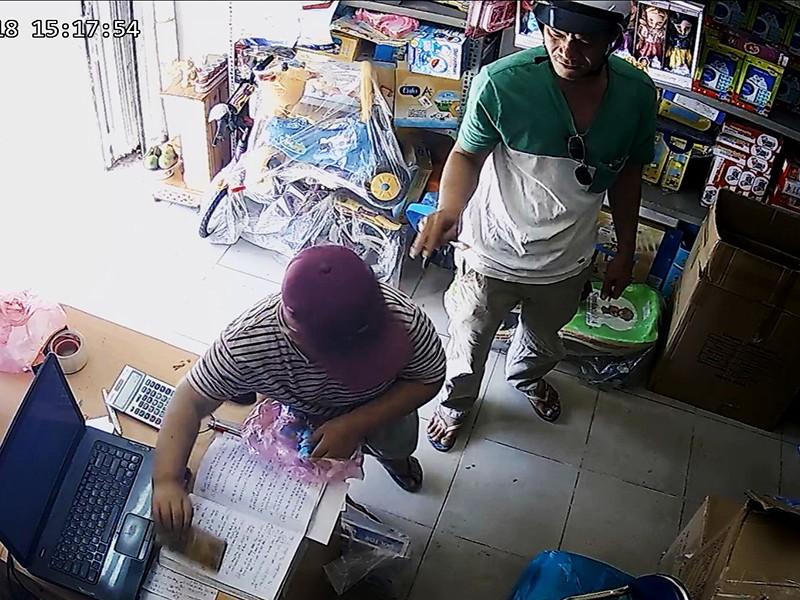 2 'cha con' dàn cảnh ăn trộm khắp TP.HCM - ảnh 1