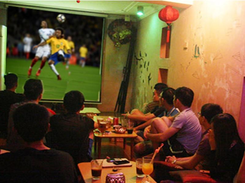 Thót tim vì suýt không được xem World Cup nơi công cộng - ảnh 1