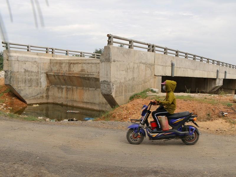 Cầu 12 tỉ đồng xây rồi để hoang giữa đồng - ảnh 1