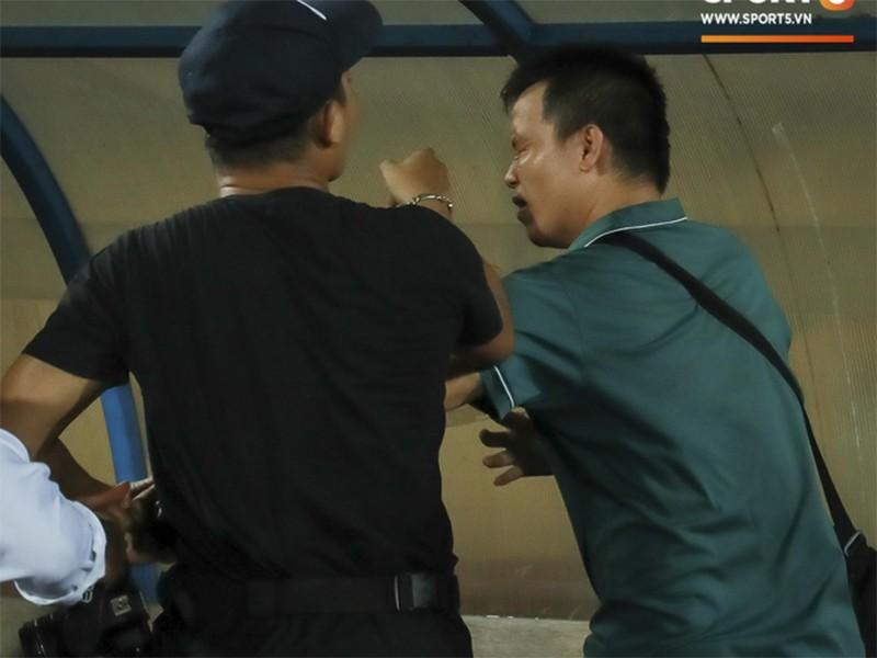 V-League mùa World Cup: Trọng tài bị đuổi đánh,PV bị hành hung - ảnh 2