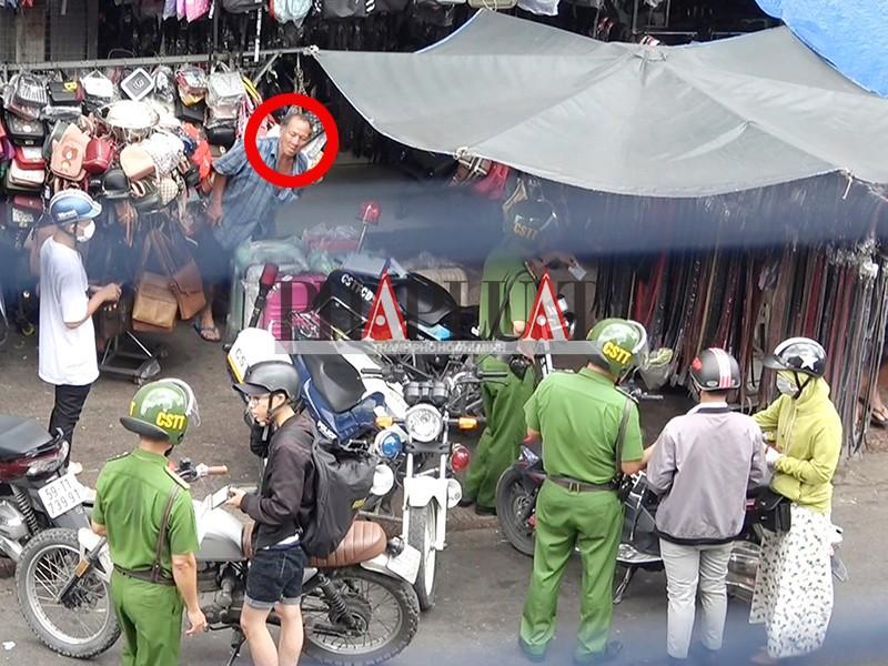 """Chốt cảnh sát trật tự-cơ động xử lý xe chạy ngược chiều bên chợ Bà Chiểu và ông bán nước dừa """"quyền lực"""" tên Xuân (khoanh đỏ). Ảnh: PV"""