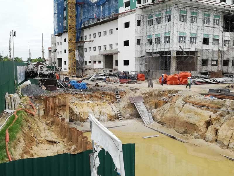 Mở lại đường bị đóng để xây bệnh viện - ảnh 1