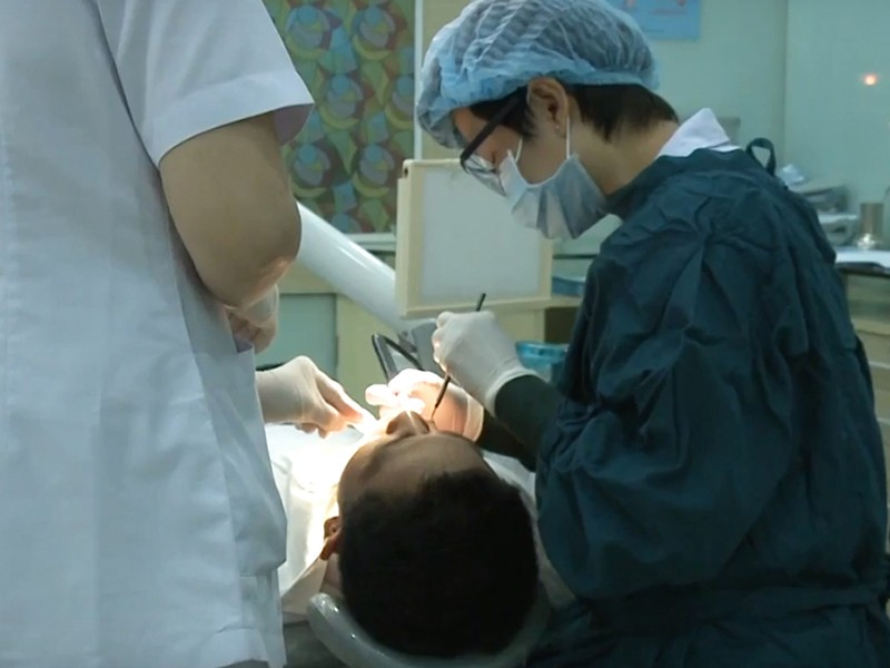 Rụng răng vì thuốc tẩy trắng răng - ảnh 1