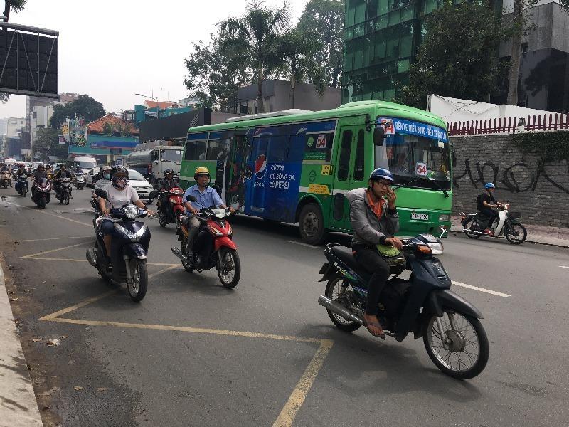 Làn ưu tiên cho xe buýt: Cần cân nhắc kỹ! - ảnh 1