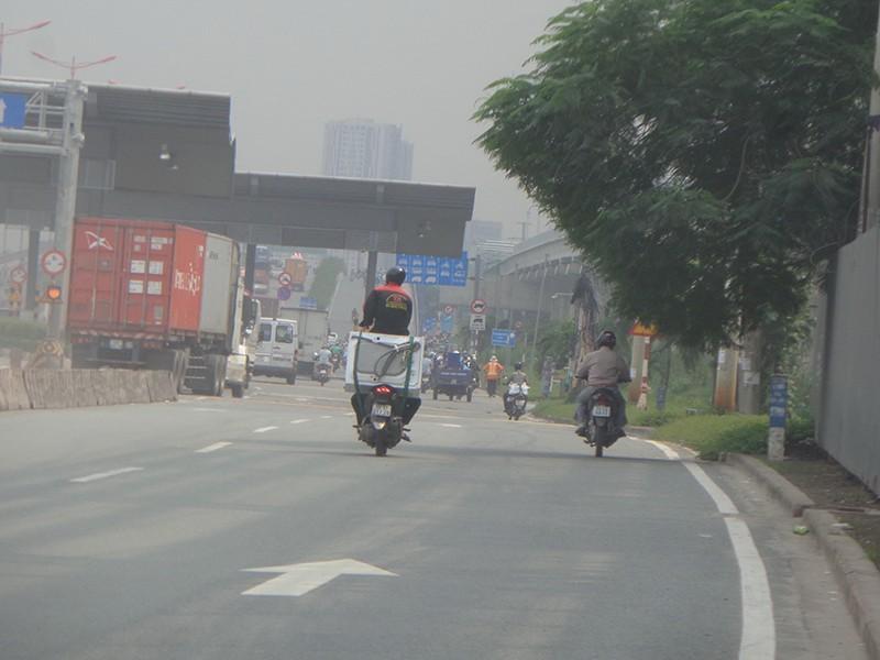 Làm xiếc trên xa lộ Hà Nội - ảnh 1