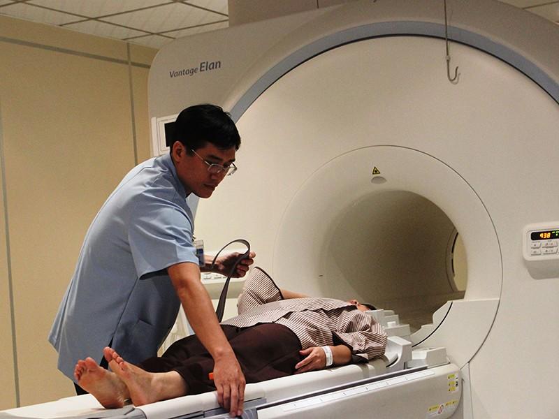 Xếp hàng tầm soát ung thư giá 24 triệu đồng - ảnh 1