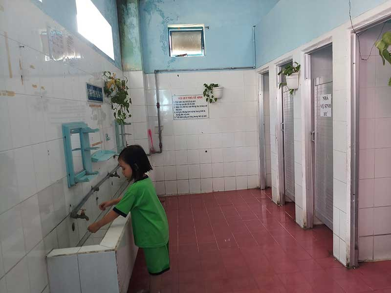 Học sinh nhịn tiểu vì nhà vệ sinh quá hôi - ảnh 1