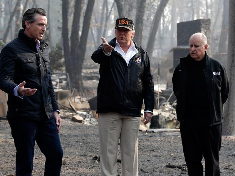 Tổng thống Mỹ Donald Trump trao đổi với Thống đốc California đắc cử Gavin Newsom (trái) và Thống đốc California sắp ra đi Jerry Brown (phải) khi đến thị trấn Paradise, bang California (Mỹ) ngày 17-11. (Ảnh qua AP)