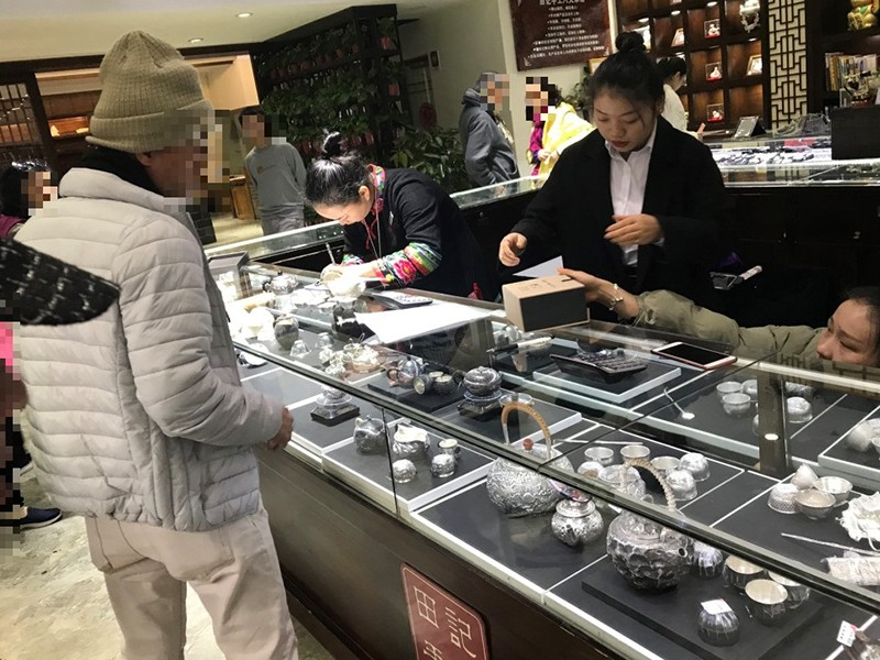 Du khách Việt bạo tay mua sắm ở nước ngoài - ảnh 1
