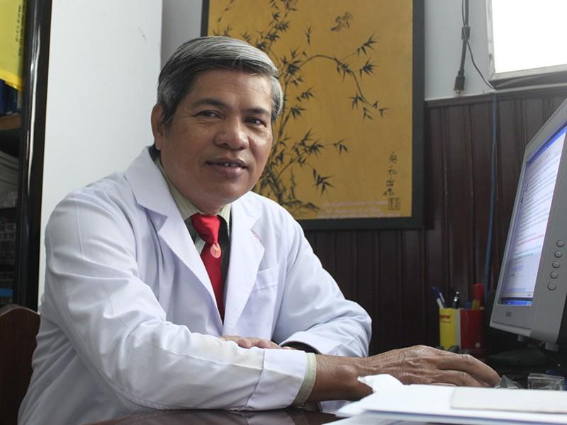 PGS-BS Lê Chí Dũng, người đã giúp hàng trăm bệnh nhân ung thư xương giữ lại được tay chân.  Ảnh: H.LAN