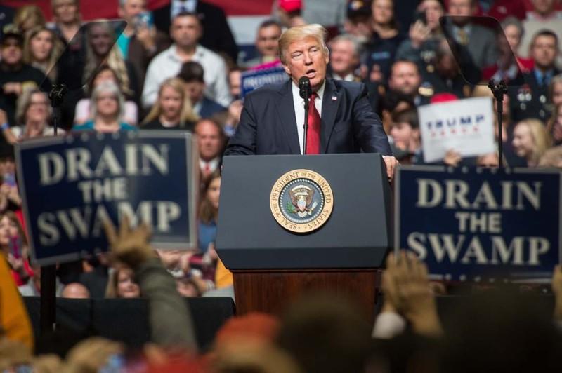 Sắc lệnh bị chặn phút chót, Trump nói tòa 'lạm quyền' - ảnh 1