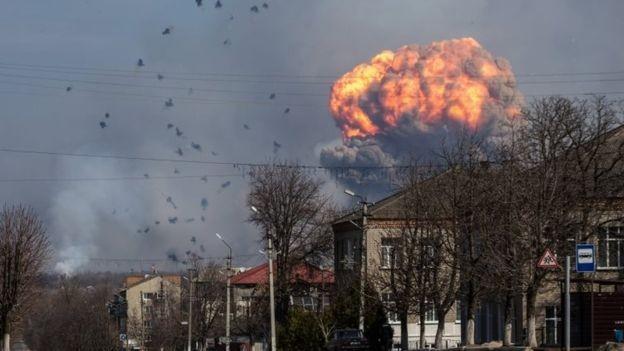 Nổ lớn tại kho đạn dược Ukraine gần vùng chiến sự - ảnh 1