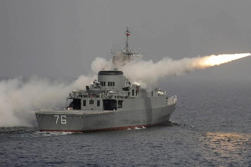 Tàu tên lửa Iran xua đuổi tàu chiến Mỹ tại vùng Vịnh - ảnh 1