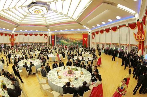 Triều Tiên mở đại tiệc cho các nhà khoa học hạt nhân - ảnh 4