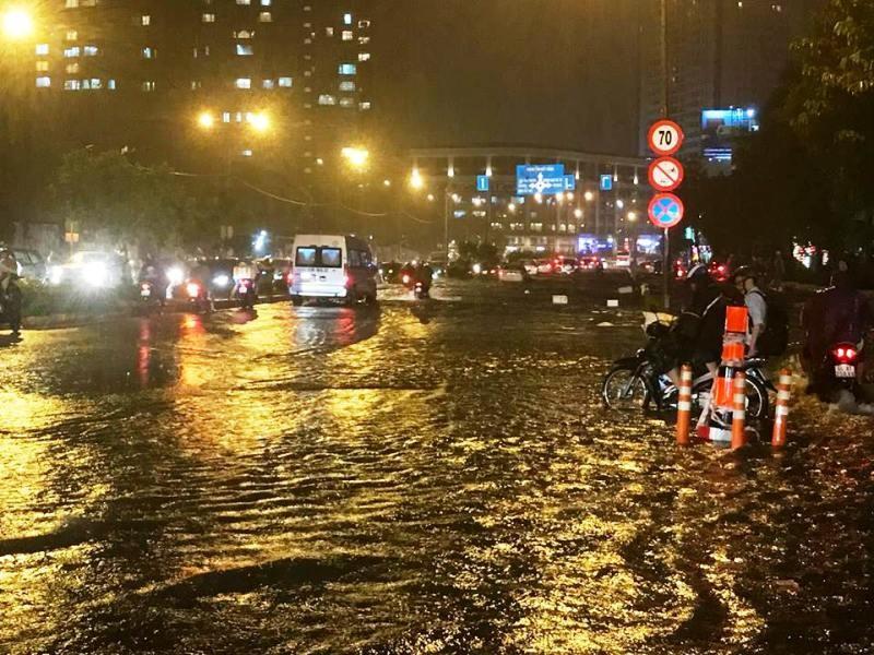 Sau cơn mưa to, nhiều ôtô chết máy vì ngập nước  - ảnh 1