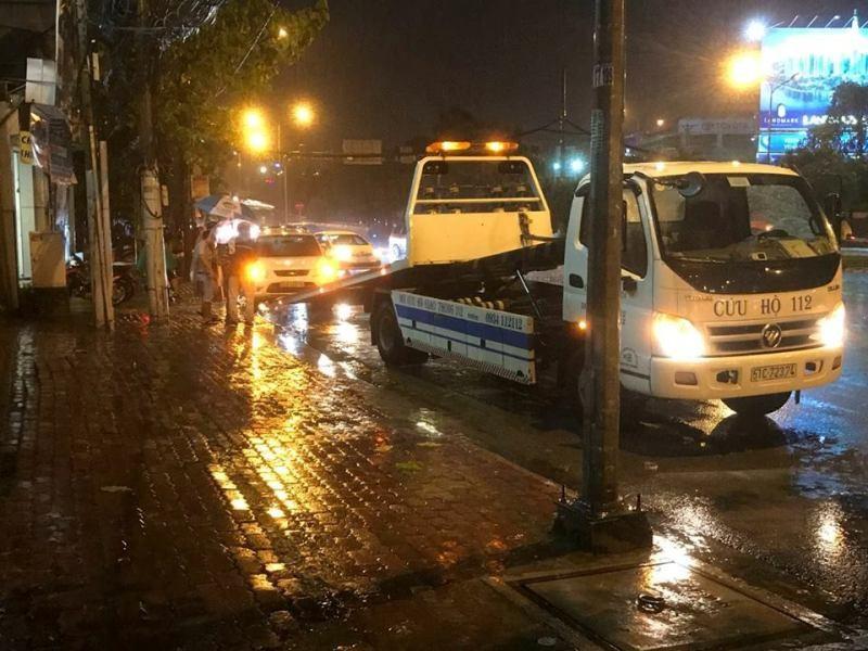 Sau cơn mưa to, nhiều ôtô chết máy vì ngập nước  - ảnh 3
