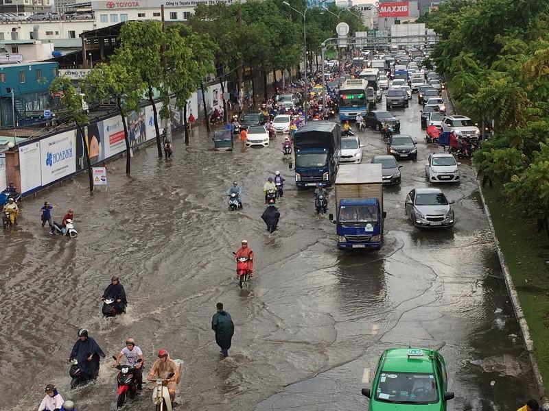 Mới mưa đầu mùa, nhiều đường ở TP.HCM ngập sâu  - ảnh 2