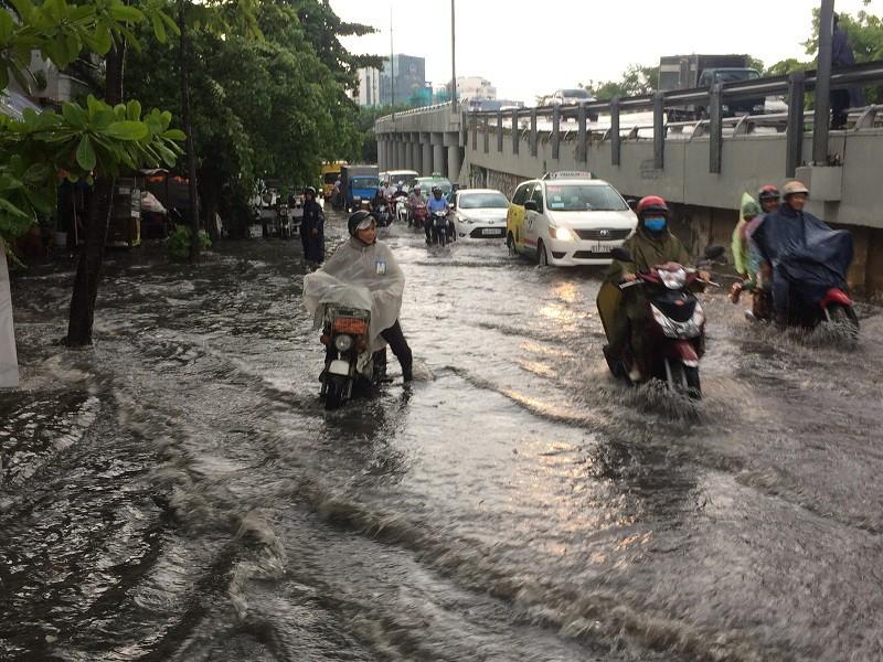 Mới mưa đầu mùa, nhiều đường ở TP.HCM ngập sâu  - ảnh 3