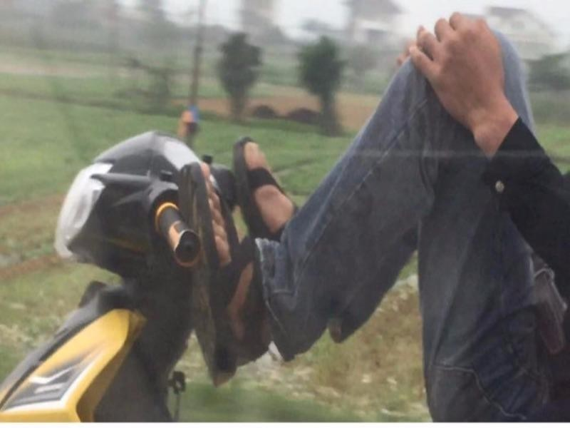 Nhóm thanh niên lái xe máy bằng chân  - ảnh 2