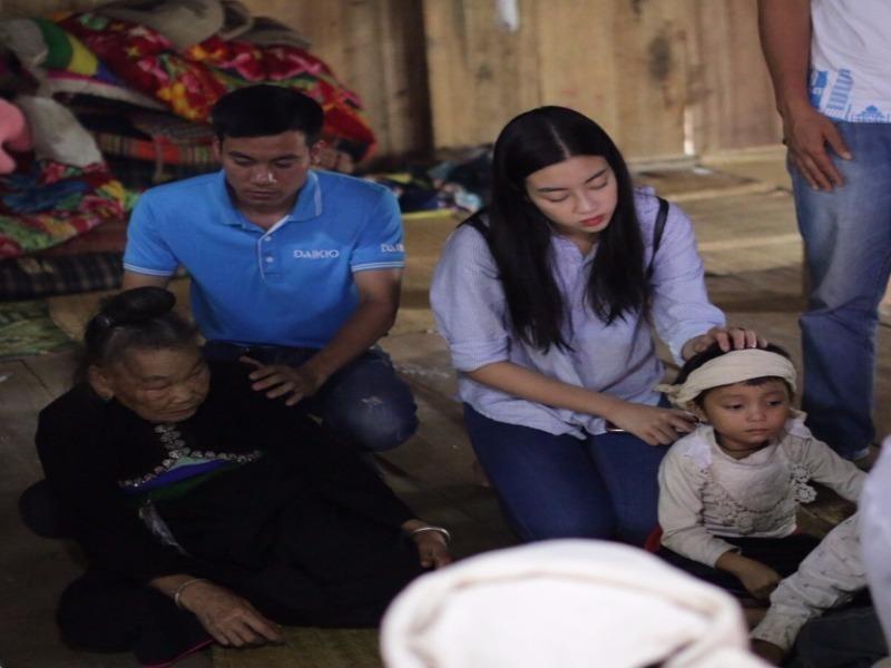 Kẹt ở tâm lũ, hoa hậu Đỗ Mỹ Linh làm từ thiện - ảnh 1
