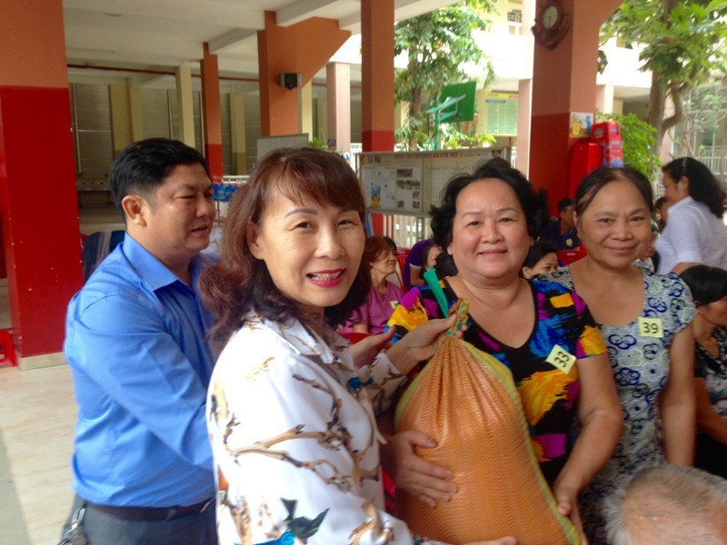 Hội CCB Sở Tư pháp TP.HCM mang Tết đến người nghèo - ảnh 1