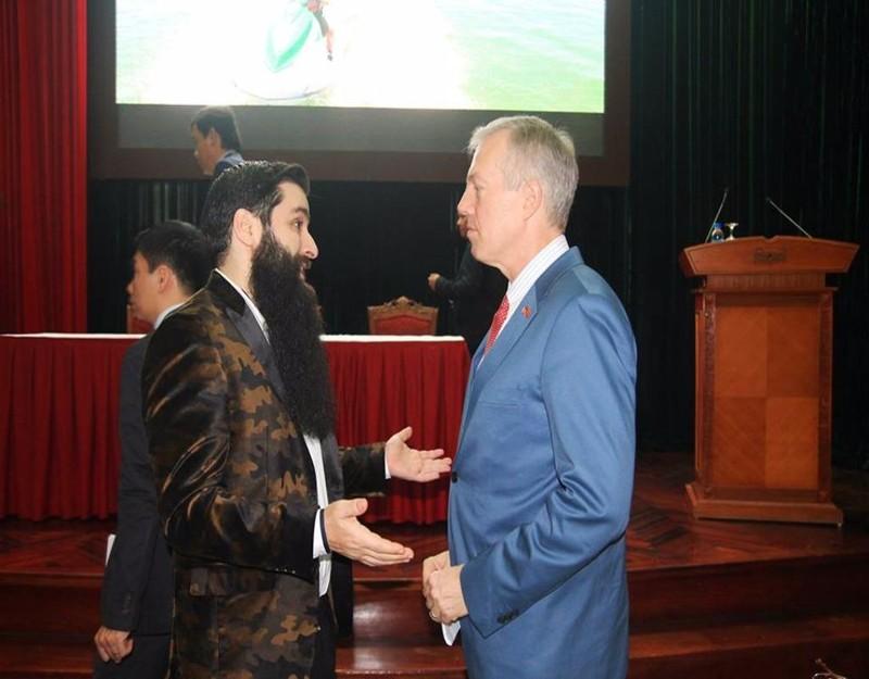 Tân Đại sứ du lịch Việt Nám (trái) trao đổi với Đại sứ Hoa Kỳ tại Việt Nam