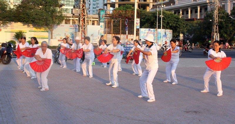 Sôi động thể dục buổi sáng trên bờ biển Nha Trang - ảnh 3