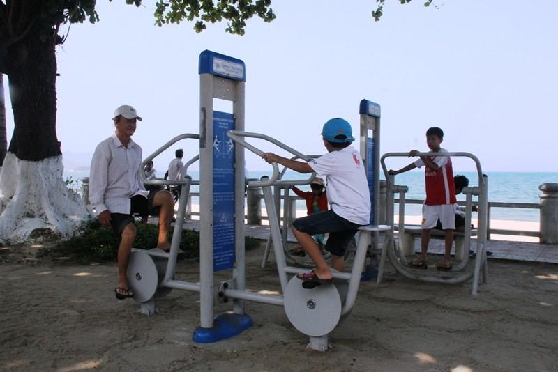 Sôi động thể dục buổi sáng trên bờ biển Nha Trang - ảnh 7