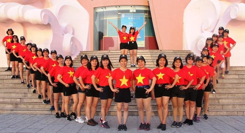 Sôi động thể dục buổi sáng trên bờ biển Nha Trang - ảnh 10