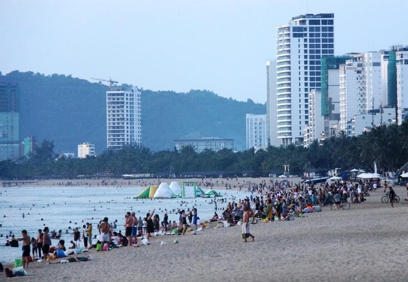 Sôi động thể dục buổi sáng trên bờ biển Nha Trang - ảnh 1