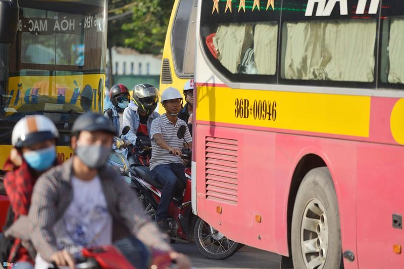 Khách Tây rỉ tai nhau mẹo 'sống sót' khi đi xe máy ở VN - ảnh 1