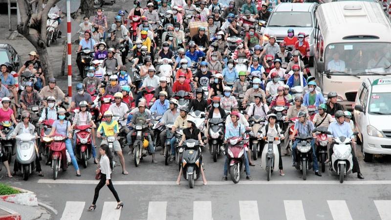 Khách Tây rỉ tai nhau mẹo 'sống sót' khi đi xe máy ở VN - ảnh 4