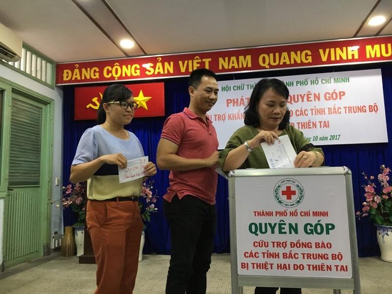 Ấm áp tình người Sài Gòn ủng hộ đồng bào lũ lụt   - ảnh 3