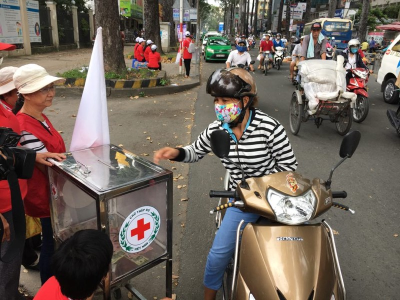 Ấm áp tình người Sài Gòn ủng hộ đồng bào lũ lụt   - ảnh 1