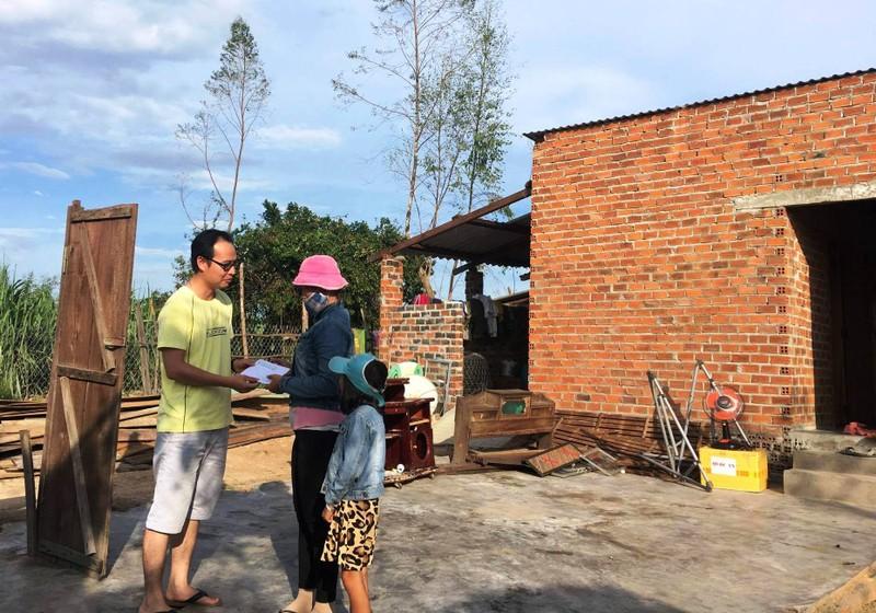 Trao 2 triệu đồng cho gia đình bị sập nhà hoàn tòan ( chỉ còn cái cánh cửa) tại xã Ninh Sim, thị xã Ninh Hòa.