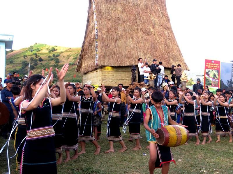 Người dân bản địa múa hát các tiết mục truyền thống