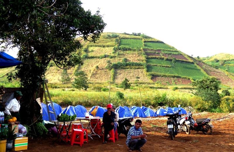 Người dân dựng lều (bên trong trải rơm và chiếu 1,6 m) sẵn sàng đón du khách ở lại đêm